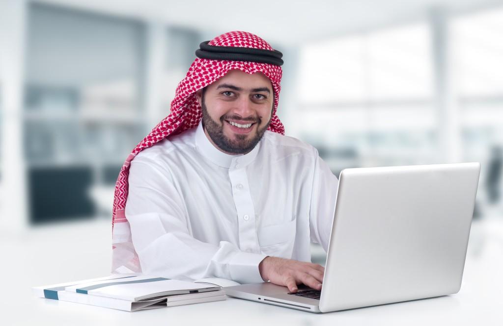 arab-man-laptop